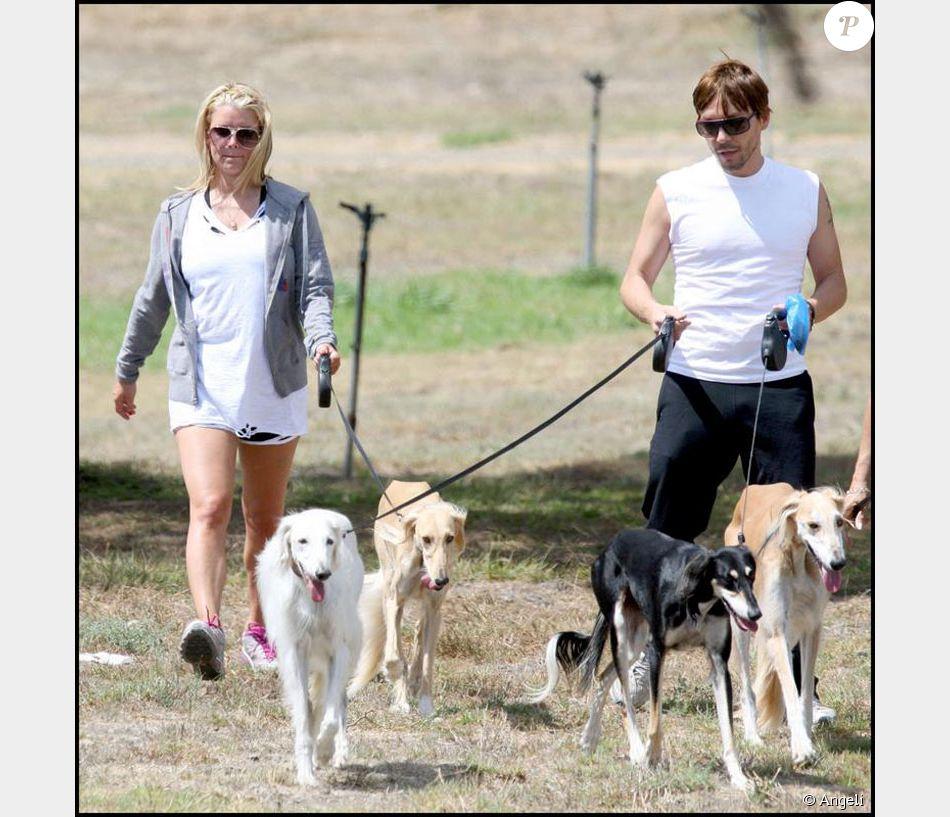 jessica simpson en pleine promenade avec ses chiens et son ami et coiffeur ken paves. Black Bedroom Furniture Sets. Home Design Ideas