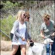Jessica Simpson en pleine promenade avec ses chiens et son ami et coiffeur, Ken Paves.