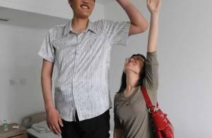 Cet homme est le plus grand du monde ! Il mesure 2,46 mètres !