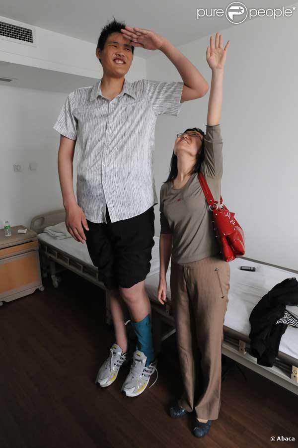 Le chinois Zhao Liang est l'homme le plus grand du monde, il mesure 2,46 mètres.