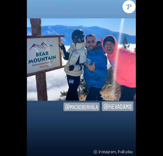 Laeticia Hallyday a passé la journée du 21 janvier 2020 à Big Bear Mountain, une station de ski près de Los Angeles, avec ses filles Jade et Joy, Mathilde Balland, la fille de son compagnon Pascal Balland mais aussi Kev Adams.