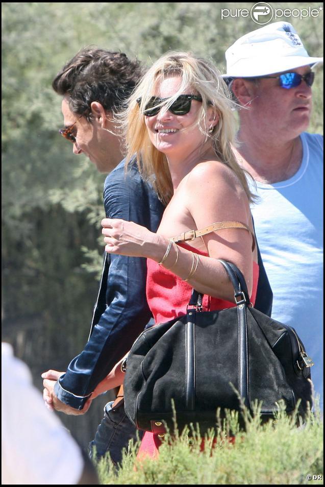 Kate Moss avec son homme et ses copains au Club 55 à St Tropez, le 4/08/09