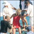 Kate Moss et ses copains quittent le Club 55 après y avoir déjeuner, le 4 août 2009