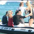 Karen Mulder rejoint Kate Moss et Stefano Pilati sur le bateau qui va les mener sur un bien beau yacht.
