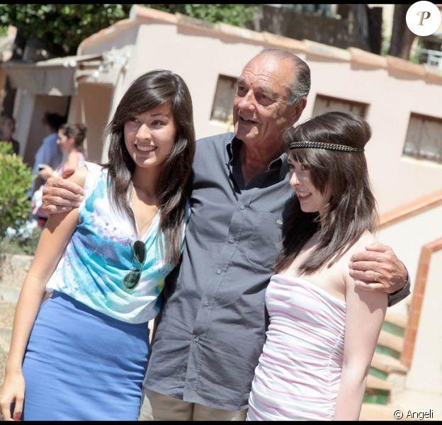 Jacques Chirac, un Tropézien plus vrai que nature, qui ne refuse jamais une photo souvenir à de jolies demoiselles !