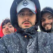 """Kev Adams avec ses frères Noam et Lirone : des """"triplés"""" sous la neige"""