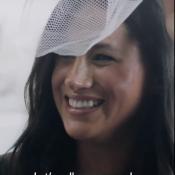 Meghan Markle hilare en chapeau pailleté pour Vogue