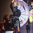 Adriana Karembeu (Adriana Sklenarikova) défile pour Paco Rabanne à Paris, le 21 janvier 1996.