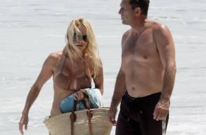 Pamela Anderson sur la plage... On est bien loin de l'époque d'Alerte à Malibu !