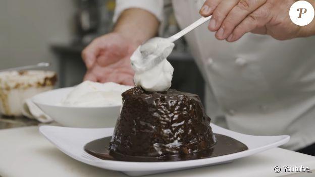 """Le dessert préféré de Kate Middleton, le """"sticky toffee pudding"""", réalisé par le chef royal Darren McGrady pour Delish, le 8 janvier 2020."""