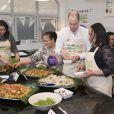 Kate Catherine Middleton (enceinte), duchesse de Cambridge, et le prince William, duc de Cambridge, assistent aux préparatifs du grand déjeuner pour le Commonwealth au centre St Luke's Community à Londres. Le 22 mars 2018