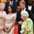 """Le prince Harry, duc de Sussex, Meghan Markle, duchesse de Sussex, la reine Elisabeth II d'Angleterre à la cérémonie """"Queen's Young Leaders Awards"""" au palais de Buckingham à Londres le 26 juin 2018."""