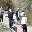 Exclusif - Reese Witherspoon et son fils Tennessee promènent leurs chiens dans le quartier de Brentwood à Los Angeles, le 23 février 2020.