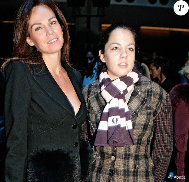 Rosalie van Breemen et sa fille Anouchka Delon lors du défilé Valentino, prêt-à-porter printemps-été 2006, à Paris le 9 octobre 2005.
