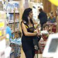 Carrie Anne Moss et ses trois fils font du shopping à Los Angeles