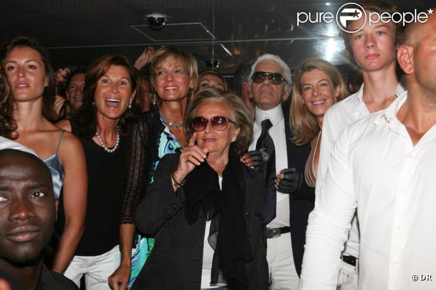 Bernadette Chirac, entourée par Sylvie Rousseau, Hélène Mercier-Arnault et Karl Lagerfeld à la soirée animée par Alexandre Arnault au VIP Room le 13/08/09
