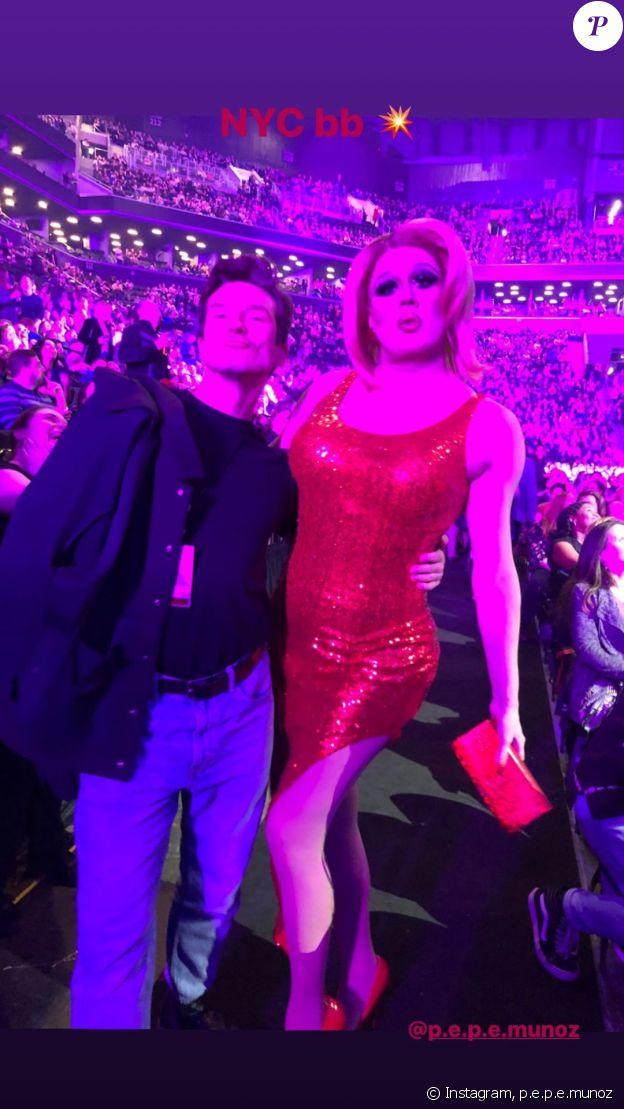 Pepe Munoz pose avec une drag queen lors du concert de Céline Dion à Brooklyn, New York, le 5 mars 2020.