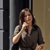 Sophia Bush : Quand on est en tunique courte sans pantalon, c'est dangereux de... lever la jambe comme cela !