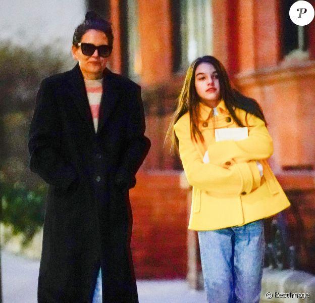 Exclusif - Katie Holmes et sa fille Suri Cruise se promènent la nuit à New York le 29 février 2020.