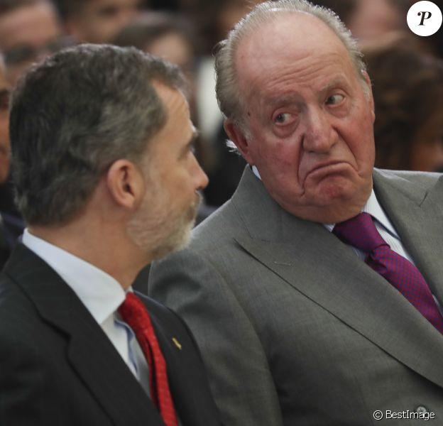 Le roi Felipe VI d'Espagne et son père le roi Juan Carlos le 10 janvier 2019 lors de la cérémonie des Prix nationaux du sport espagnol au palais du Pardo à Madrid.