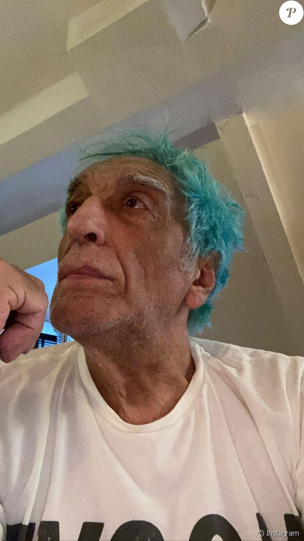 Gérard Darmon se teint les cheveux en bleu, le 19 mars 2020 sur Instagram.