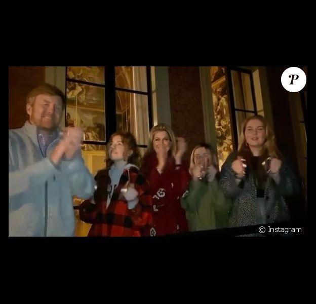 Le roi Willem-Alexander des Pays-Bas, la reine Maxima et leurs filles la princesse Alexia, la princesse Ariane et la princesse héritière Catharina-Amalia ont fait du bruit au balcon du palais Huis ten Bosch à La Haye le 16 mars 2020 pour rendre hommage au personnel soignant dans son combat contre le coronavirus.