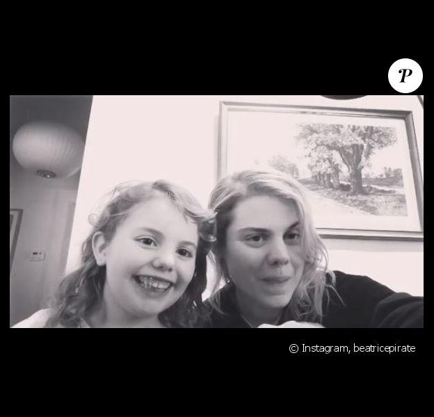 Coeur de Pirate joue du piano pour sa fille Romy et chante avec elle. Instagram le 24 février 2019.