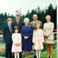 La reine Elizabeth II, son mari le prince Philip et leurs petits-enfants : le prince Harry, le prince William, les princesses Beatrice et Eugenie, Zara Phillips à Balmoral en 1999.