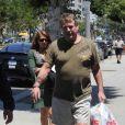 Ryan O'Neal faisant quelques courses à Los Angeles le 19 mai 2009, suivi par une mystérieuse femme...