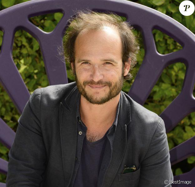 """Thomas Lilti posant au photocall du film """"Hippocrate"""" lors 7e Festival du Film Francophone d'Angoulême, à Angoulême, le 23 août 2014."""