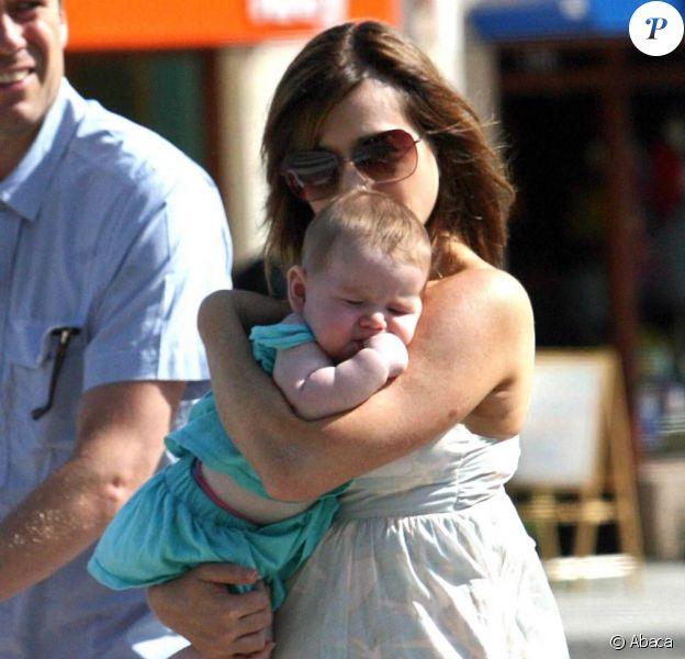 Alyson Hannigan, son époux Alexis Denisof et leur fille Satyana font du shopping à Los Angeles. 22/08/09
