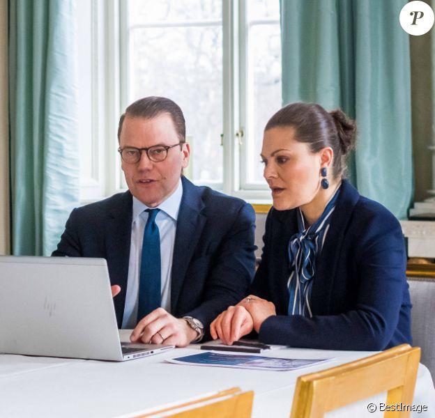 La princesse Victoria de Suède et le prince Daniel le 3 avril 2020 lors d'une visioconférence avec les employés de la société de technologie médicale Getinge, depuis la salle à manger bleue du palais Haga, leur résidence à Solna, au nord de Stockholm.