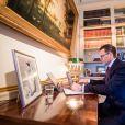 Le prince Daniel de Suède travaille depuis son bureau dans la bibliothèque du palais Haga au nord de Stockholm pendant la pandémie de coronavirus (Covid-19), le 20 mars 2020.