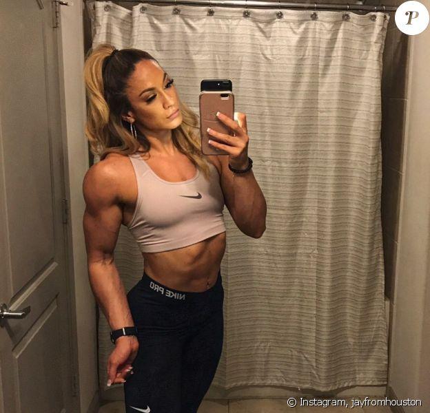 Janice Garay, bodybuildeuse et mannequin d'Instagram, gagne en popularité grâce à sa grande ressemblance avec Jennifer Lopez. Le 5 avril 2020.