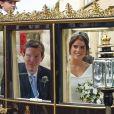 La princesse Eugenie et son mari Jack Brooksbank partent en calèche après leur cérémonie de mariage au château de Windsor le 12 octobre 2018.