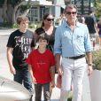 Pierce Brosnan et sa femme Keely Shaye Smith, et leur fils Paris Beckett, se détendent à Malibu