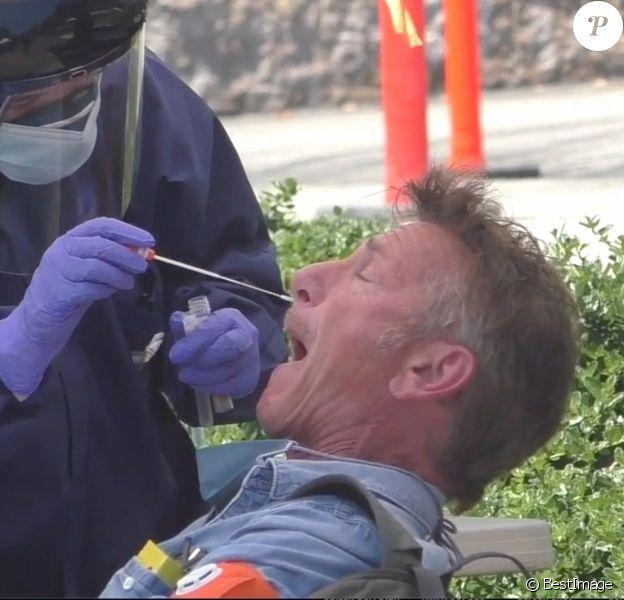 Exclusif - L'acteur Sean Penn lors d'un test de dépistage coronavirus (COVID-19) dans un centre qu'il a mis en place par le biais de son organisation CORE à Malibu le 17 avril 2020.