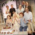 Annick Alane entourée de Brigitte Fossey, Gérar Hernandez, Catherine Arditi, Jean Benguigui, Pierre Bénichou et Laurent Ruquier en mars 2005 lors de la 150e représentation de la pièce  Grosse chaleur .