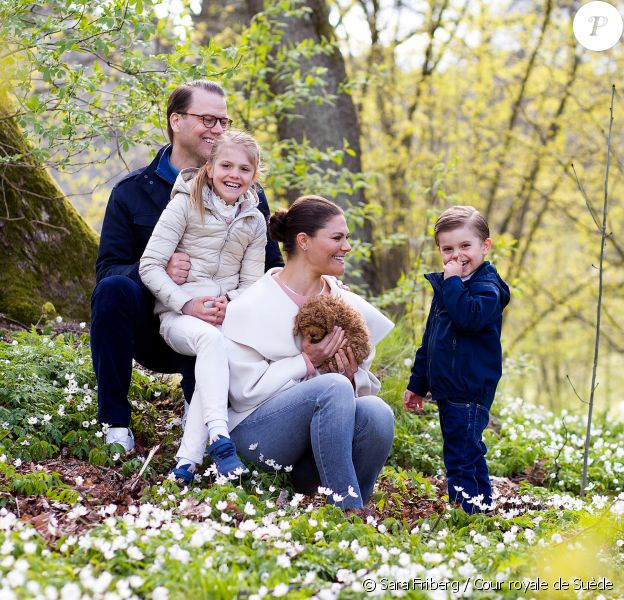 La princesse héritière Victoria de Suède, son mari le prince Daniel et leurs enfants la princesse Estelle et le prince Oscar avec leur nouveau chien, le cavapoo Rio, en avril 2020 dans le parc du palais Haga, au nord de Stockholm. © Sara Friberg / Cour royale de Suède