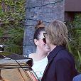 Exclusif - Brad Pitt prend dans les bras une mystérieuse inconnue dans une zone isolée devant un hôtel cinq étoiles à Hollywood le 18 septembre 2019. L'acteur a passé 90 minutes à l'hôtel avant de sortir avec cette femme. L'acteur a l'air élégant dans un costume noir tandis que cette femme porte un t-shirt Gucci, un jean déchiré et des chaussures Gucci.