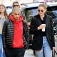 Exclusif - Gigi Hadid et Zayn Malik à nouveau en couple, s'embrassent tendrement dans les rues de New York, ils se sont promenés en buvant un café et ont donné de l'argent à un SDF. New York le 29 avril 2018.