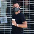 Exclusif - Brian Austin Green se rend au Vintage Market pour aller prendre un café à emporter et faire des courses, sans son alliance mais avec un masque contre l'épidémie de coronavirus (Covid-19), à Los Angeles, Californie, Etats-Unis, le 15 mai 2020.