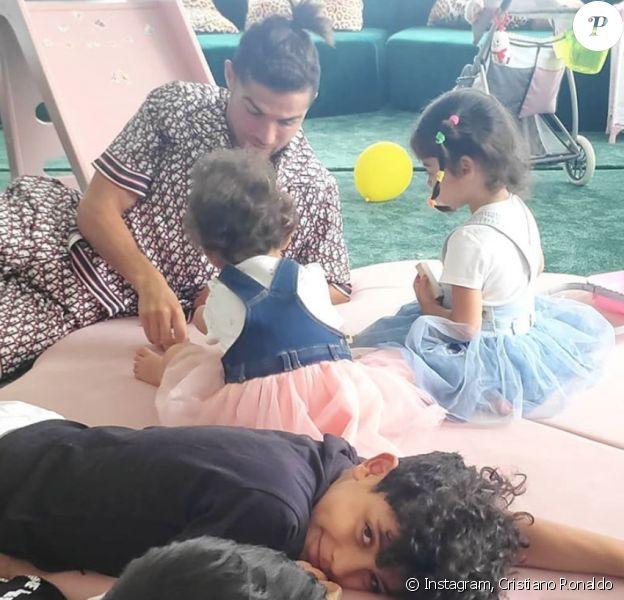 Cristiano Ronaldo, sa compagne Georgina Rodriguez et leurs enfants profitent d'une journée en famille. Mai 2020.