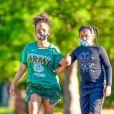 Exclusif - Christina Millian apprend à sa fille Violet, 10 ans, à faire du skate à Los Angeles, le 17 mai 2020.