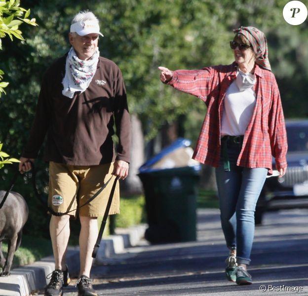 Mark Harmon (de la série NCIS) et sa femme Pam Dawber promènent leur chien dans le quartier de Brentwood à Los Angeles, le 27 mai 2020.