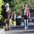 Mark Harmon (de la série NCIS) et son épouse Pam Dawber promènent leur chien dans le quartier de Brentwood à Los Angeles, le 27 mai 2020.