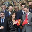 Le roi Felipe VI d'Espagne et la reine Letizia reçoivent un t-shirt floqué à leur nom par l'équipe nationale de Hand Ball victorieuse au championnat européen le 28 janvier 2020.