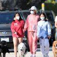 Christina arrive en fin d'après-midi chez Laeticia avec son chien Bono et des masques de protection à la main. Laeticia Hallyday, ses filles Jade et Joy, Christina, avec des masques, et leurs chiens Santos, Cheyenne et Bono se promènent dans le quartier de Pacific Palisades, à Los Angeles, Californie, Etats-Unis, le 3 avril 2020, pendant la période de confinement. Jade et Joy s'amusent avec leurs masques pendant la balade.