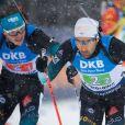 Emilien Jacquelin passant le relais à Martin Fourcade lors du relais de biathlon à Ruhpolding en Allemagne le 18 janvier 2020.