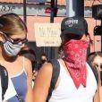 """Exclusif - Cole Sprouse, Kaia Gerber, Margaret Qualley, Eiza Gonzalez et Madelaine Petsch, équipés de masques de protection contre le coronavirus (Covid-19), participent à la manifestation Black Lives Matter à Los Angeles, le 7 juin 2020. G. Floyd a été asphyxié par plaquage au sol lors de son arrestation à Minneapolis, le 25 mai 2020, occasionnant depuis de nombreuses manifestations et émeutes à travers tout le pays. L'accusation de """" homicide involontaire """" a été requalifiée en """" meurtre """", le 4 juin 2020, faisant ainsi encourir au policier responsable le risque d'une peine de 40 ans de prison."""